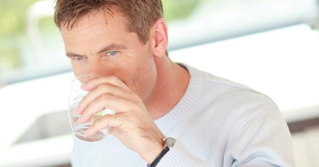 idm-mineralwasser-mann-mit-glas
